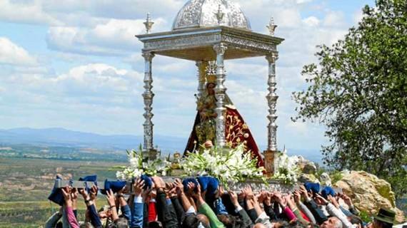 Puebla de Guzmán peregrina para celebrar los diez años de la Coronación Canónica de la Virgen de la Peña