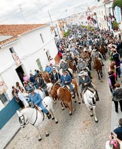 Con el paseo a caballo se inicia la romería en La Puebla de Guzmán.