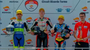 El joven piloto onubense en el podio tras la prueba que ganó.