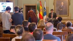 Gabriel Cruz, alcalde de Huelva, durante la recepción a las delegaciones del Europeo de bádminton.