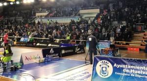 El público que llenó el Andrés Estrada se lo pasó en grande con el triunfo de su equipo. / Foto: G. D.