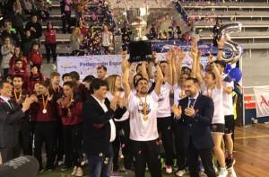 Eliezer Ojeda, capitán del Recre IES La Orden, levanta la copa como campeón. / Foto: G. D.