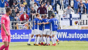 Los jugadores del Recre celebran uno de los goles del partido. / Foto: Pablo Sayago.