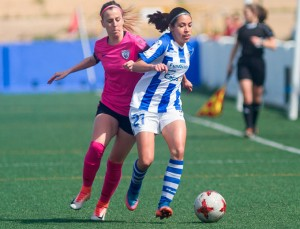 Analu protege la pelota ante el acoso de una jugadora rival. / Foto: www.lfp.es.