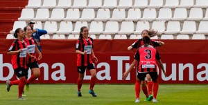 Las jugadoras del Sporting celebran el primer gol de Patri Ojeda. / Foto: www.lfp.es.