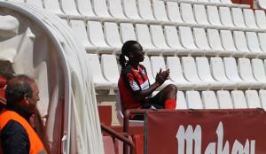 Joy Bokiri, tras marcar el segundo gol, saltó a la grada, motivo por el que vio la cartulina amarilla.