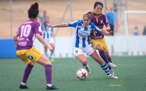 Carol se anticipa a Ayano en una acción de ataque del Sporting. / Foto: www.lfp.es.