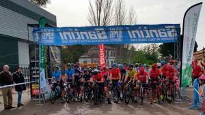 Momento previo a la salida de la prueba ciclista en Minas de Riotinto.