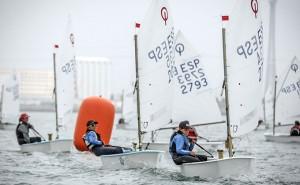 Las condiciones del viento puso a prueba la destreza de la flota.