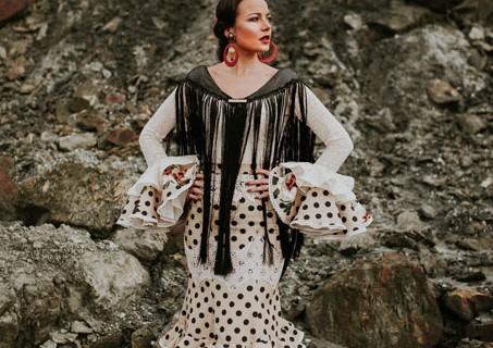 El Ajolí viste de actualizada tradición a las rocieras