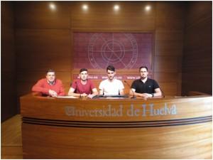 Los alumnos  José María Álvarez Pancho, Carlos Orta Pinell y Juan José Méndez Custodio junto al catedrático Francisco José Martínez López.
