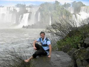 En su etapa universitaria pudo realizar dos estancias en el extranjero, en Argentina e Italia. / En la imagen, en las cataratas Iguazu.