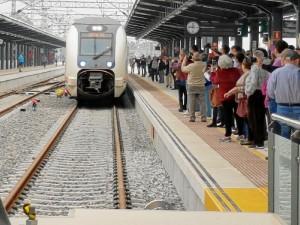Momento de la llegada del primer tren a nueva estación de Huelva.