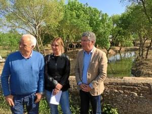 El delegado de Medio Ambiente comprueba la eficacia de las actuaciones anteriores en el arroyo  Candón junto a la alcaldesa de San Juan del Puerto.