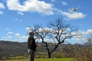 Alfonso San Miguel tomando fotos con un dron por la zona.
