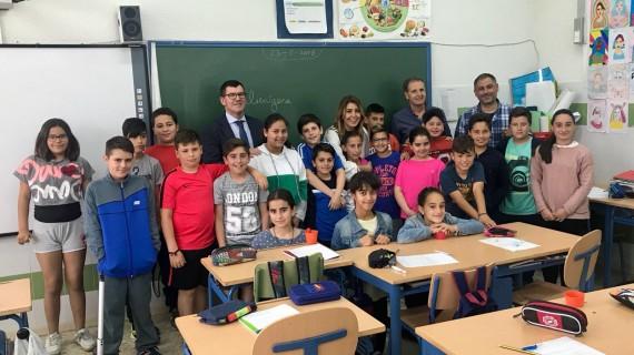 Susana Díaz visita por sorpresa un colegio de Puebla de Guzmán