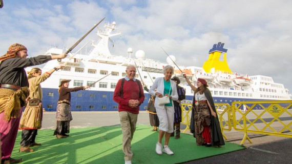 El buque de cruceros 'Saga Pearl II' llega a Huelva procedente de Motril