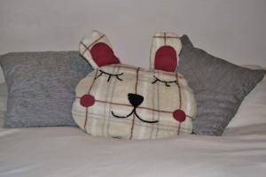 Una de sus creaciones, el cojín-manta para el sofá.