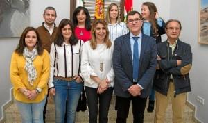 Susana Díaz ha visitado el Ayuntamiento de Puebla de Guzmán y saludado a su Corporación.