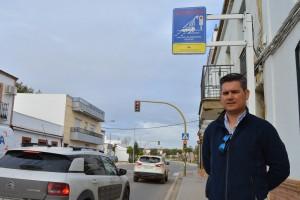 1.Raúl Corralejo junto al nuevo dispositivo de seguridad vial de San Juan del Puerto.