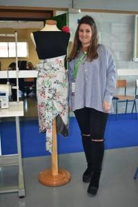 Marta García junto a uno de sus diseños.