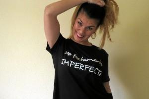 Laura M. Jiménez con una de las camisetas que ha diseñado recientemente.