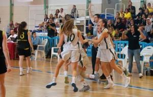 Las jugadoras del Canterbury, celebrando la victoria en las semifinales. / Foto: Fabhuelva.