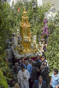 Los elementos principales de la fiesta son la preparación, la procesión y la posterior celebración en las calles.