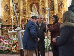Entrega de la vara por parte de la hermana mayor saliente, Rocío de Vayas a Juan Antonio Maraver, en el altar del Santuario de El Rocío.