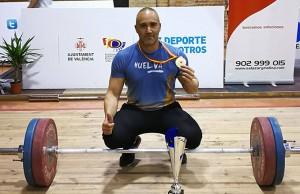 David Dos Rey, muy feliz con la medalla y el trofeo obtenido en Valencia.