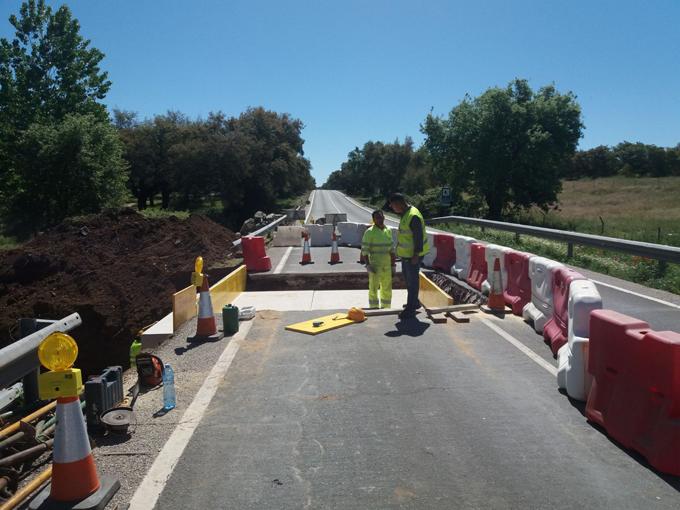 Mejoran la carretera entre Cala y Arroyomolinos de León para evitar inundaciones