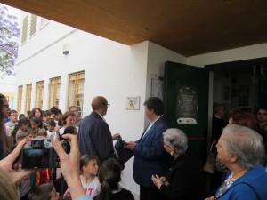 Descubrimiento de la placa de cerámica conmemorativa del 25 aniversario, por parte del alcalde y el secretario provincial de Educación.