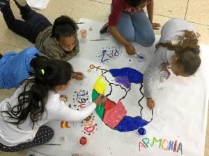 Los escolares, participando en la iniciativa contra la xenofobia 'Coloreando la diversidad'.