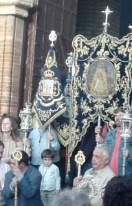 El hermano mayor en la puesta de la parroquia de Hinojos junto al simpecado y el presidente de la Corporación, José María de Vayas.