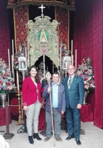 El hermano mayor de Hinojos en una visita realizada a la Hermandad de Huelva, ante su Simpecado. / Foto: FG.