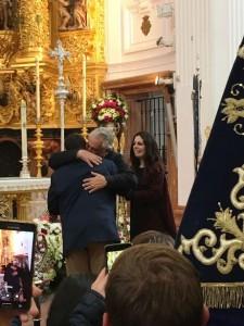 Emotivo abrazo entre el hermano mayor y el presidente de la Hermandad el día de la toma de posesión ante la Virgen del Rocío.