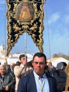 Juan Antonio en la Aldea, presidiendo un traslado del Simpecado de su Hermandad. / Foto: FG.