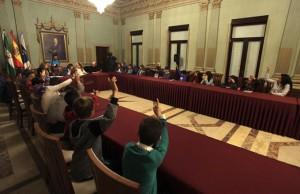 Votación en el pleno infantil de Huelva.