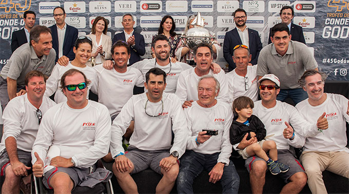La tripulación del Prink con el trofeo obtenido.