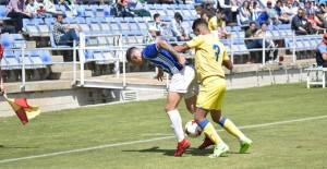 Gorka Santamaría intenta proteger la pelota ante Jeremi Valerón. / Foto: Pablo Sayago.