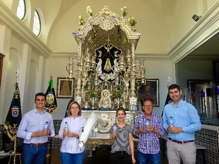 Aqualia dona 4.000 botellas de agua a la Hermandad del Rocío de Valverde del Camino