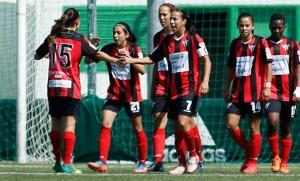 Las jugadoras del Sporting celebran el tanto de Analu que, a la postre, dio el triunfo al cuadro onubense. / Foto: www.lfp.es.