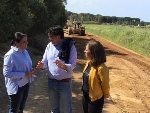 Supervisión de los trabajos por parte de las autoridades almonteñas.