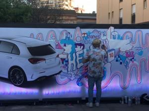 Andi Rivas hizo un grafiti del nuevo Clase A en directo.