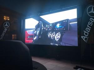 Una gran pantalla mostró las características del vehículo.