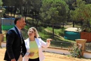 Acompañado por la concejala de Cultura y Festejos Lourdes Garrido, Gustavo Cuéllar ha recorrido el recinto romero de cara a la romería.