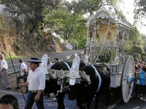 Los romeros peregrinan a la Peña de Arias Montano.