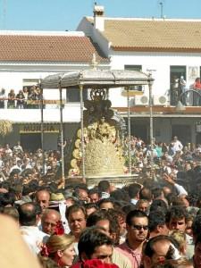 Con más de cien hermandades filiales, la aldea almonteña recibe cada romería a personas llegadas de diferentes partes del mundo.