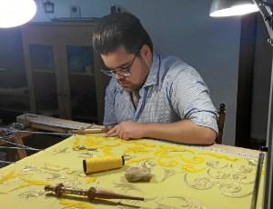 Daniel confiesa emplear la técnica de bordado en oro tradicional, la que se lleva empleando desde hace casi un siglo.