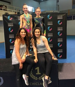 Las gimnastas del GR Huelva con las componentes del equipo técnico.